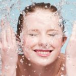 garota lavando rosto